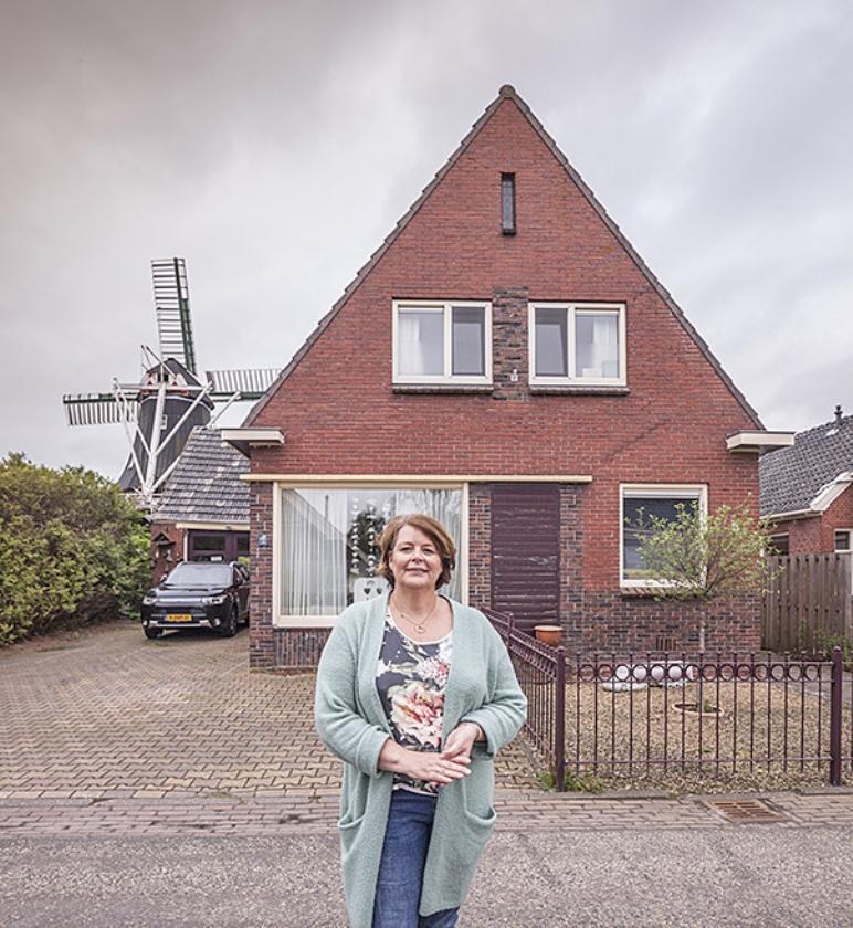 Saskia van der Wal voor haar huis in Overschild.   (Harry Cock)