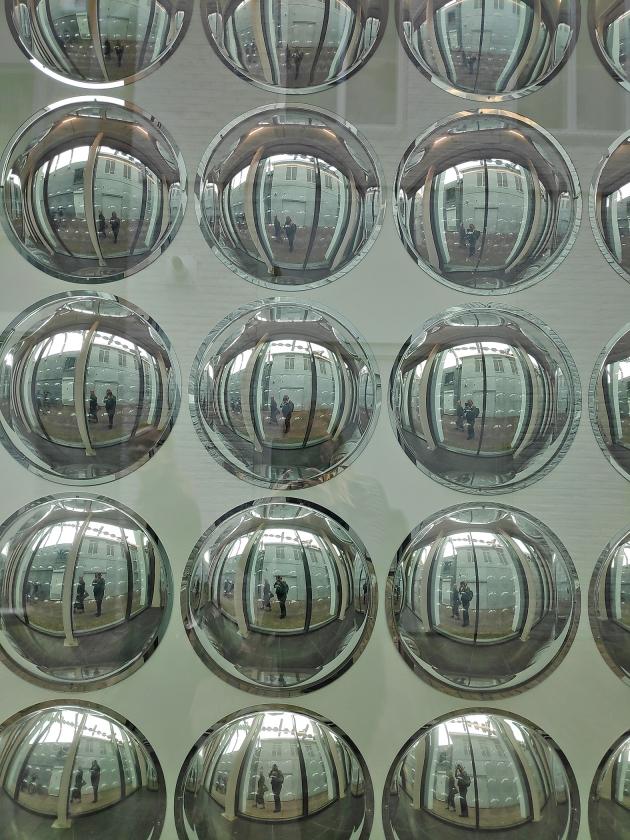 Reflecterende spiegelbollen zorgen voor veel licht.   (nd)