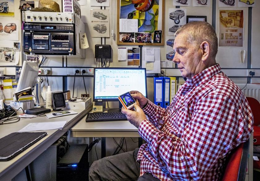 Reint Beunk uit Hengelo leest aan zijn bureau de energiemeter uit.  (Raymond Rutting)