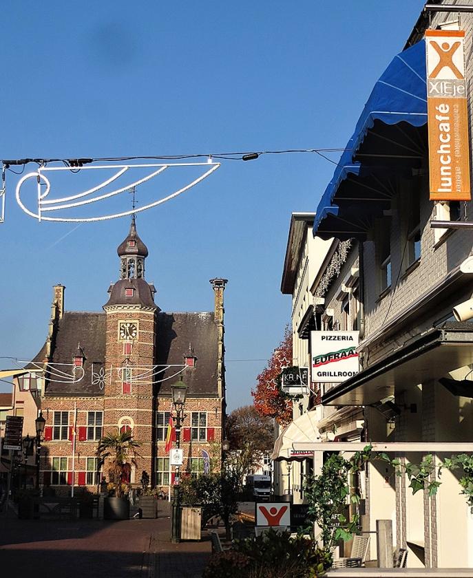 'Bijzonder' lunchcafé XIEje met zicht op het oude stadhuis.   (nd)