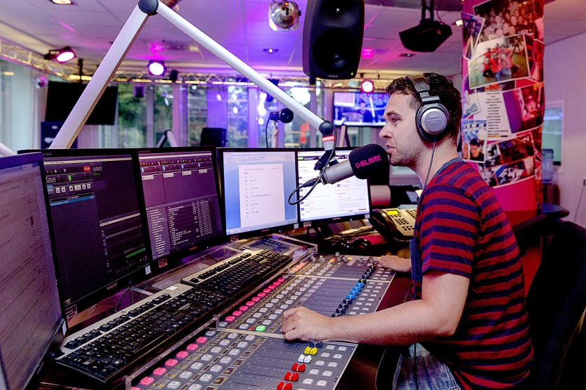 Dj Robin Lefeber van de commerciële radiozender SLAM! Er zijn omroepen die componisten contracten laten tekenen die voor de makers van muziek financieel ongunstig zijn.  (anp / Sander Koning)