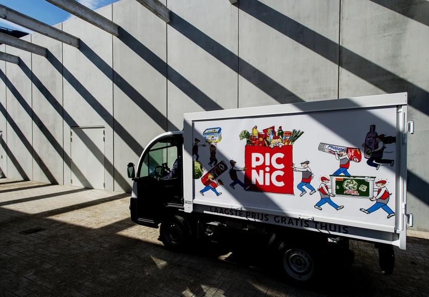 Boodschappendienst Picnic geeft zijn chauffeurs training in het rechtop houden van hun smalle, wendbare busjes.  (anp / Robin van Lonkhuisen)