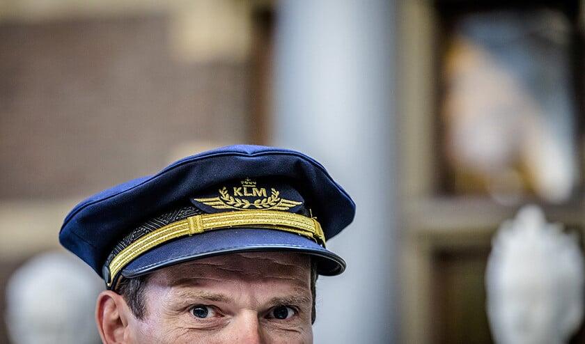 Dragen hoeft niet meer straks, maar de meeste piloten zullen hun pet houden.  (anp / Bart Maat)