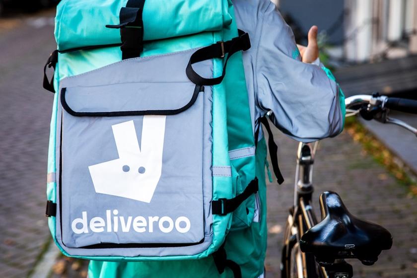 Een bezorger van Deliveroo in het centrum van Amsterdam.  (anp / Sem van der Wal)