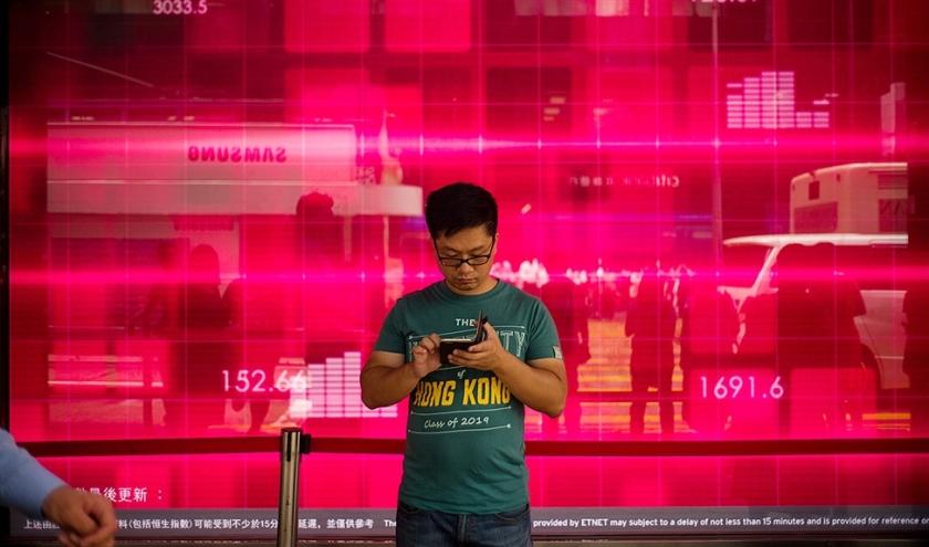 China houdt precies bij wat er met apps allemaal kan. Apple heeft een app die betogers in Hongkong in hun strijd gebruikten, uit zijn appwinkel verwijderd.  (afp / Anthony Wallace)