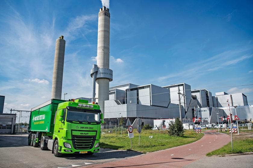 Een vrachtwagen met slib passeert vuilverbrander AEB in Amsterdam, waar hij niet meer terechtkan, om de vracht naar Terneuzen te brengen.