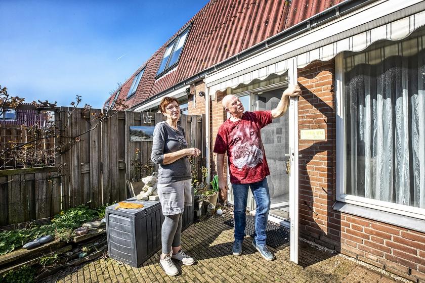 Ron en Miranda Schell hebben geen idee hoe ze de hoge kosten voor de asbestsanering zouden moeten betalen.  (Raymond Rutting)