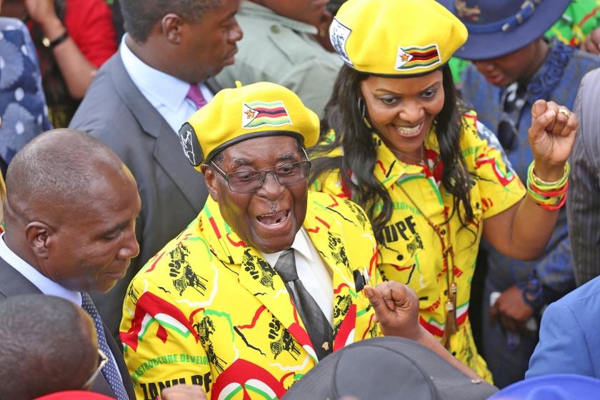 Robert Mugabe met zijn vrouw Grace, die zich uit zijn schaduw wist te werken, maar nu toch naast het presidentschap van Zimbabwe grijpt.  (anp en library of congress)