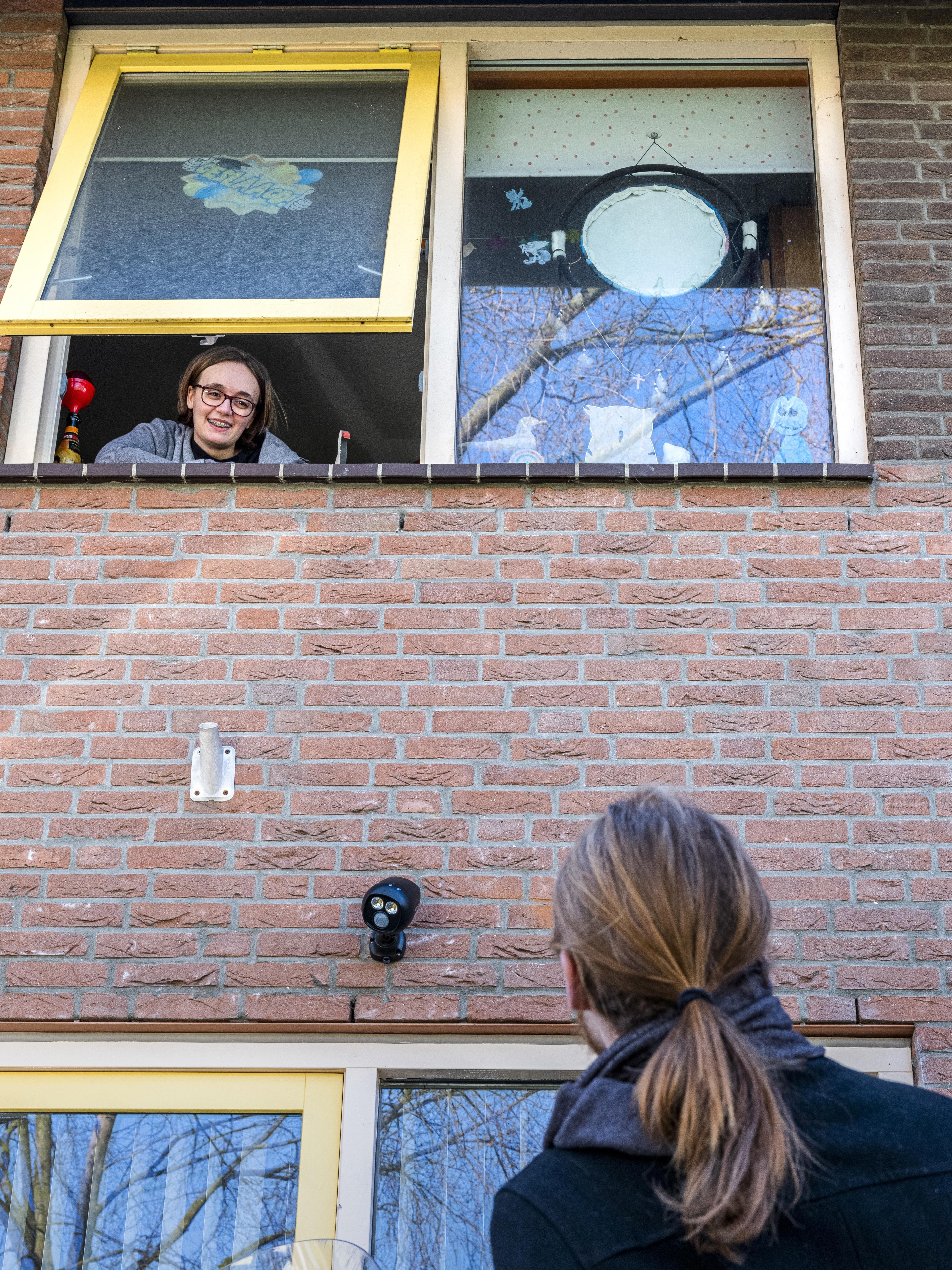 Woerden, 24-03-2020. Liam Warmels brengt een bezoekje aan zijn vriendin Fabienne de Vries die in thuis-quarantaine zit. Beiden zijn ze autistisch, ze vertellen hoe dat is in coronatijd. Foto Joost Hoving
