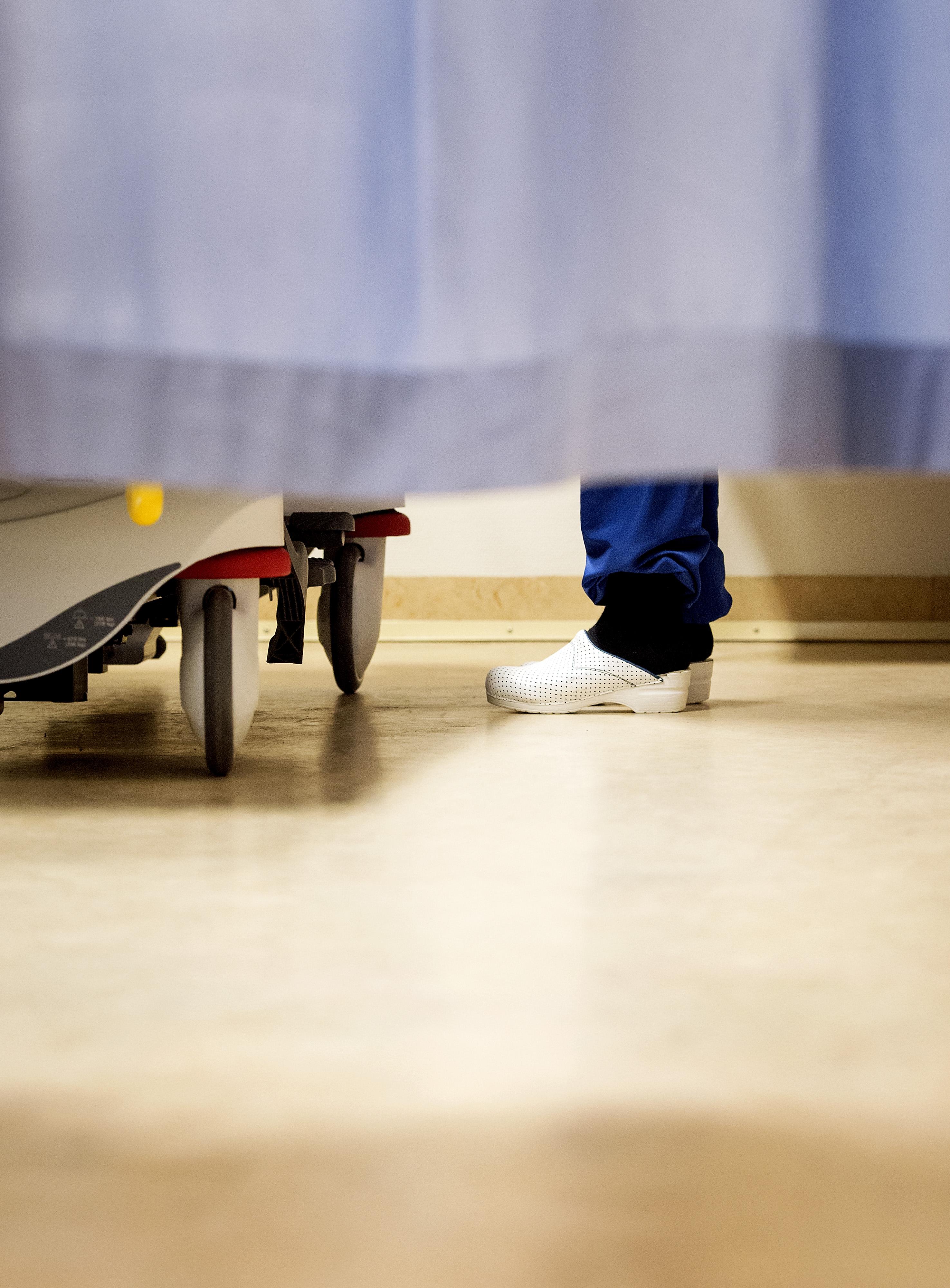 HARDERWIJK - Een verpleegkundige in een behandelkamer van een spoedeisende hulp. ANP XTRA KOEN VAN WEEL
