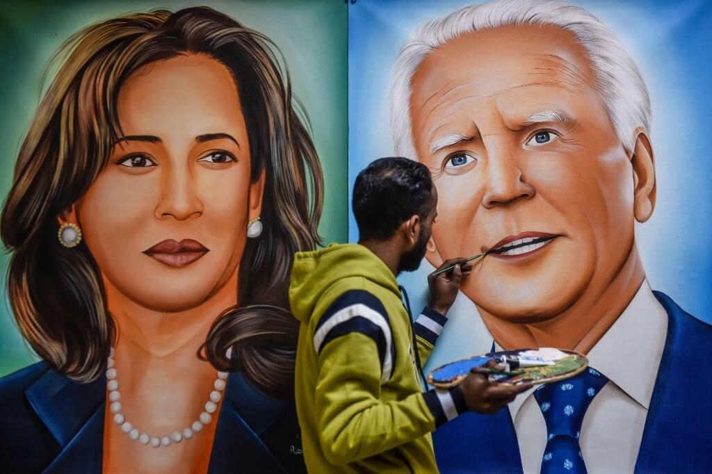 2021-01-19 07:29:26 Painter Jagjot Singh Rubal gives the final touches to a painting depicting US President-elect Joe Biden (R) and Vice President-elect Kamala Harris (L) in Amritsar on January 19, 2021.  NARINDER NANU / AFP  (beeld Narinder Nanu / afp)