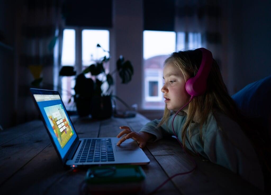2020-03-16 06:51:37 ILLUSTRATIEF DEN HAAG - Een leerling van 8 maakt taalopdrachten via internet. Nu de scholen drie weken gesloten zijn, adviseren docenten om thuis schoolopdrachten te maken. ANP BART MAAT  (beeld anp / Bart Maat)