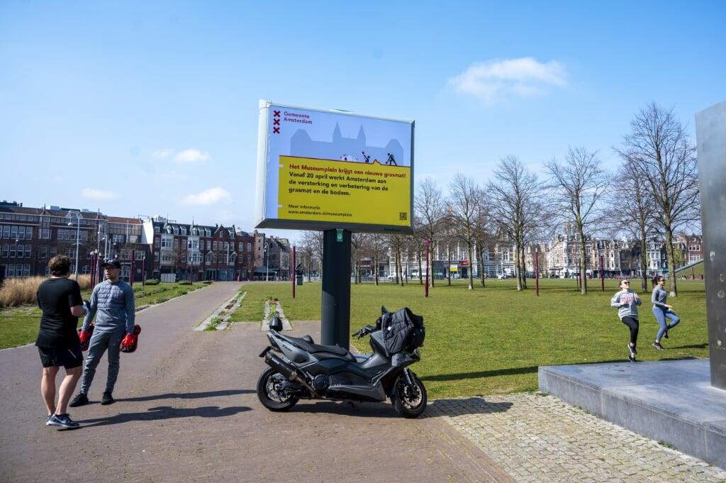 Op het bord staat dat het Museumplein afgesloten wordt vanwege de werkzaamheden.  (beeld anp / Evert Elzinga)